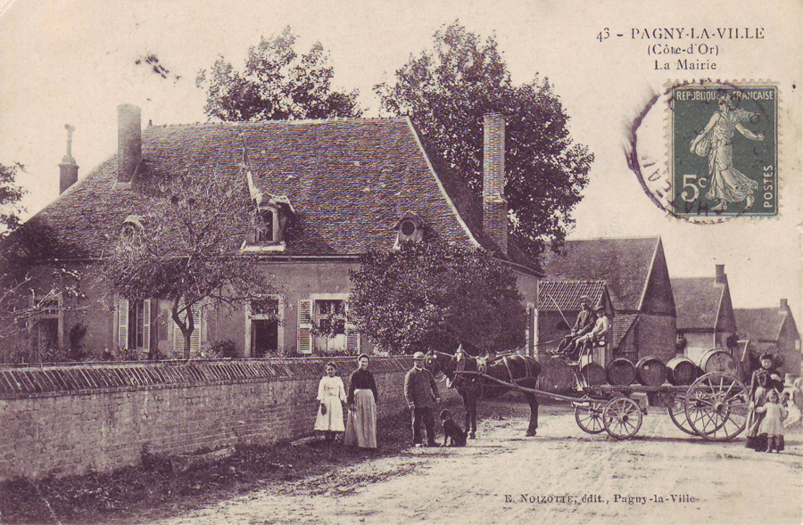 L'ancienne Mairie jusqu'en 1907 et attelage de tonneaux