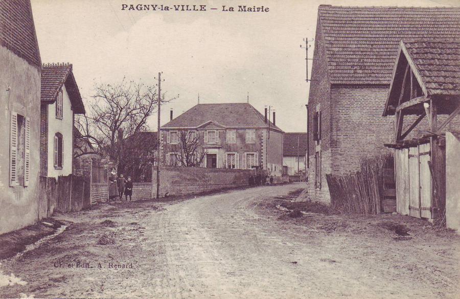 Grande rue et la Mairie au fond