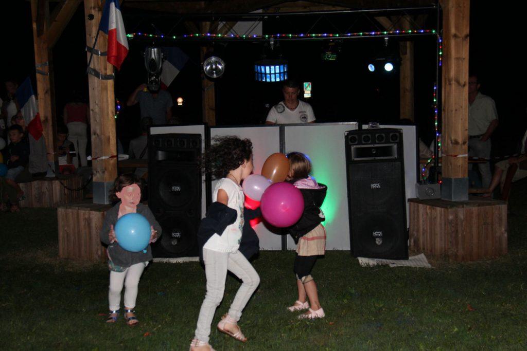 Le DJ fait danser les enfants