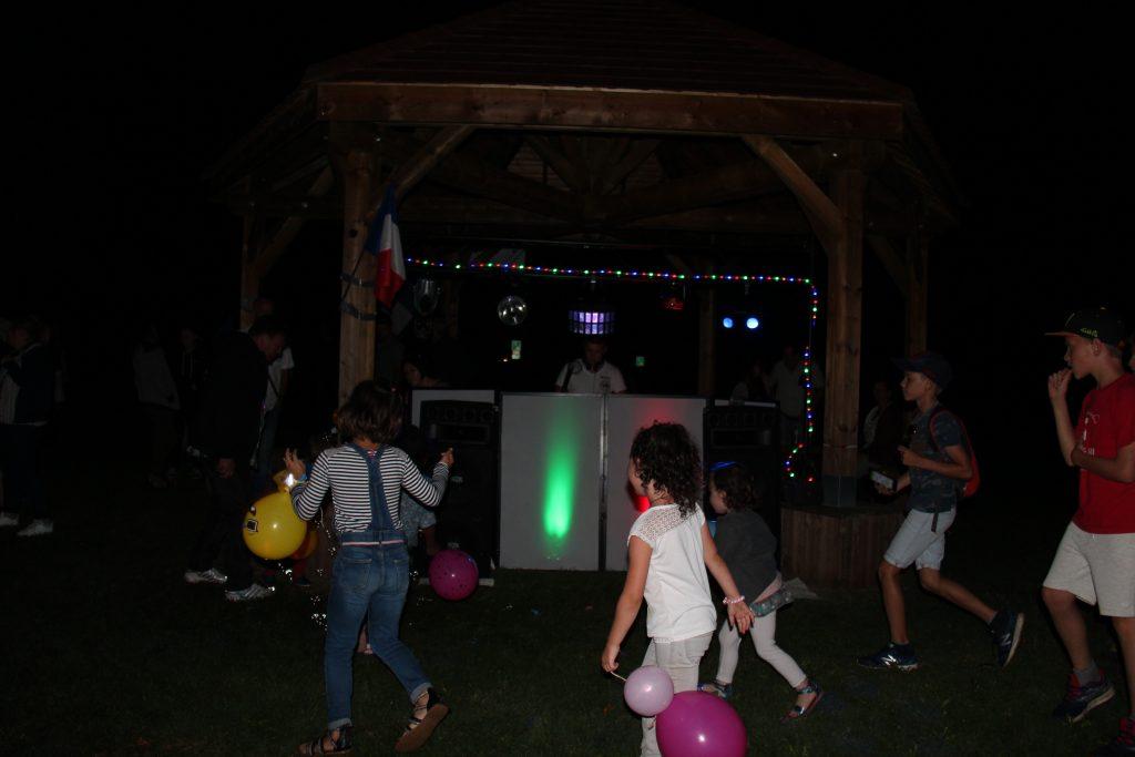 Le DJ fait danser les participants