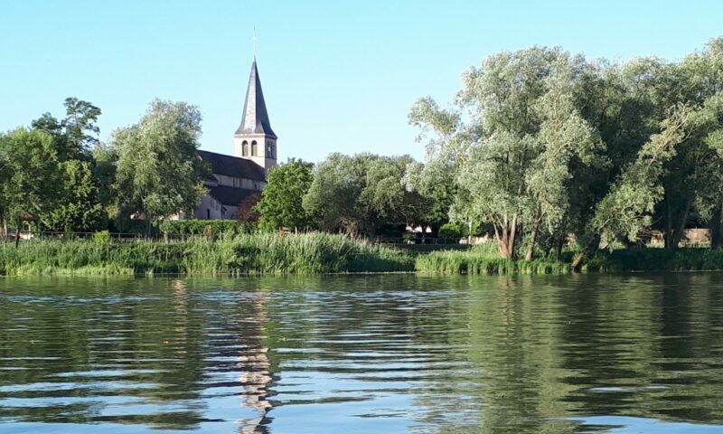 Vue de l'église depuis une barque